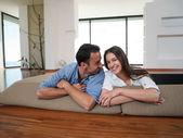 Rilassato giovane coppia a casa — Foto Stock