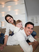 Família de jovem feliz — Fotografia Stock
