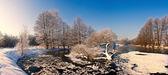 Journée ensoleillée sur la rivière de l'hiver — Photo