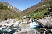 在韦尔扎斯卡山谷中,瑞士的意大利部分山区河流 — 图库照片