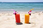 Par de frutas shakes na praia tropical — Foto Stock