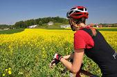 Chica montando una bicicleta de montaña — Foto de Stock