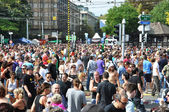 ZURICH - AUGUST 13: 20th Street Parade in Zurich. Crowd of visit — Stok fotoğraf