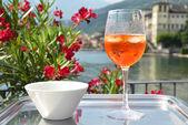 Traditionelle italienische Spritz cocktail gegen Como, Italien — Stockfoto