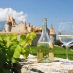 White wine against Chateau d'Aigle, Switzerland — Stock Photo #20937151