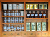 Bouteilles de parfum vides dans l'ancienne pharmacie — Photo