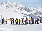 スキー場のリフトでキュー — ストック写真