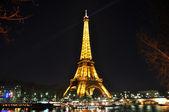 PARIS - APRIL 4: Eiffel tower at night on April 4, 2010 in Paris — Stock Photo