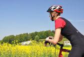 Ung kvinna cykla mountain — Stockfoto