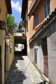 Narrow street of Tremezzo town at the famous Italian lake Como — Stock Photo