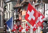 在装饰有标志的国家瑞士苏黎世旧街 — 图库照片