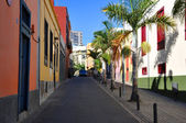 Colorful houses on a street of Santa Cruz, Tenerife, Canaries — Stock Photo