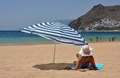 Strand scène. playa teresitas. tenerife, canarische eilanden — Stockfoto