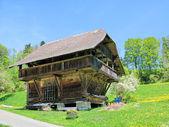Casa tradicional de madera en región emmental, suiza — Foto de Stock