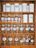 在老药房空香水瓶 — 图库照片