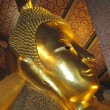 Golden statue of reclining Buddha in Wat Po temple — Stock Photo