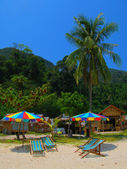 Beach umbrellas and chairs at a tropical beach of Phi-Phi island — Stock Photo