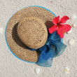Sun hat on a sandy beach — Stock Photo