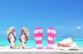 Dos pares de sandalias y un proyectil contra el atlántico. exuma, bahamas — Foto de Stock