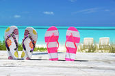 Flip-flops gegen ozean. exuma, bahamas — Stockfoto