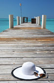 Hat and sunglasses on the wooden jetty. Exuma, Bahamas — Stock Photo