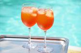 Paire d'italienne traditionnelle spritz cocktails à la piscin — Photo