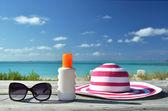 Шляпа и солнцезащитные очки — Стоковое фото