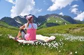 高寒草甸的女孩。melchsee-frutt 瑞士 — 图库照片