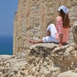 Girl among ancient ruines of Kourion in Cyprus — Stockfoto