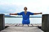 木製の桟橋の女の子。スイス — ストック写真