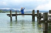 девушка на деревянный причал — Стоковое фото