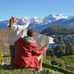 Travelers studying a map. Spiez, Switzerland — Stock Photo