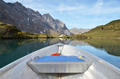Boat cruising a mountain lake — Stock Photo