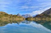 Bellísimo lago cordillerano. Suiza — Foto de Stock
