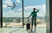 Muchacha en la ventana de aeropuerto — Foto de Stock