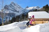 Mädchen mit einer kamera in schweizer alpen — Stockfoto