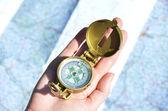 Kompas in de hand — Stockfoto