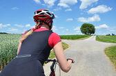 女孩骑着一辆山地自行车 — 图库照片