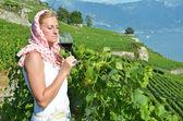 Dziewczyna degustacja wina czerwonego — Zdjęcie stockowe