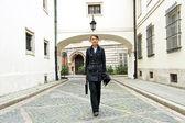 女性職場まで歩いていく — ストック写真
