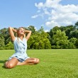 Beautiful young woman in park with big joyfull smile on green me — Stock fotografie #13289563