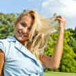 美丽的年轻女子上公园玩她的头发在绿色 loawn, — 图库照片