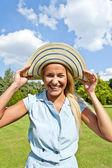 Krásná mladá žena s kloboukem v parku s velkými joyfull úsměv — Stock fotografie