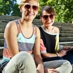 twee mooie vrouw met zonnebril op de trap — Stockfoto