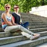 dvě krásná žena s sluneční brýle na schodech — Stock fotografie
