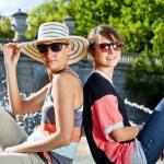 旅游两个女人和 sideseeing foutain — 图库照片