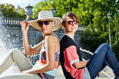 Travel two woman and sideseeing foutain — Stock Photo