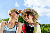 Travel two woman and sideseeing foutain with big smile — Stock Photo