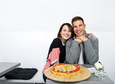 Couple on date in restaurant eating a cake — Stockfoto