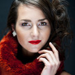 珠宝的黑色背景上的美丽女人 — 图库照片